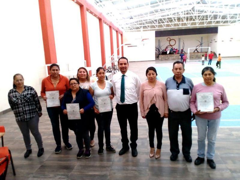 Entrega alcalde Pérez Juárez constancias de clausura de cursos por parte de ICATLAX
