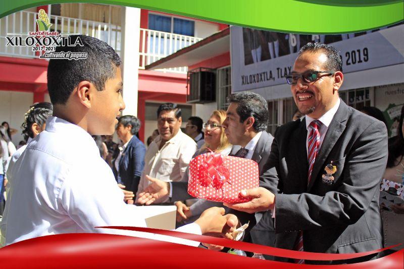 Asiste alcalde de Xiloxoxtla a ceremonia de graduación de la primaria Ignacio Zaragoza